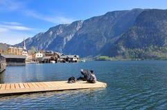 I turisti hanno preso la foto nella zattera alla riva del lago di Hallstatt Fotografia Stock Libera da Diritti