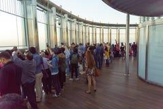 I turisti incontrano l'alba alla piattaforma di osservazione sul pavimento 125 della torre di Khalifa Immagini Stock