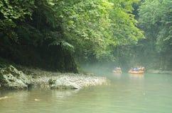 I turisti navigano su un gommone lungo il canyon georgia immagine stock