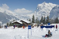 I turisti non identificati si rilassano alla stazione dello sci di Brandegg in Grindelwald, le alpi di Bernese, Svizzera Immagini Stock Libere da Diritti