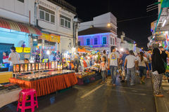 I turisti non identificati stanno comperando al vecchio mercato di notte della città è chiamato Lard Yai a Phuket, Tailandia Immagini Stock Libere da Diritti
