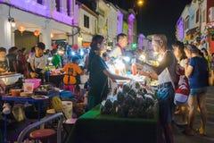 I turisti non identificati stanno comperando al vecchio mercato di notte della città è chiamato Lard Yai a Phuket, Tailandia Fotografia Stock Libera da Diritti