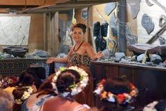 I turisti occidentali di benvenuto della donna di Islander del cuoco a Rarotonga cucinano la I fotografia stock