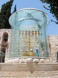 I turisti osservano e fotografano Menorah - la lampada dorata del sette-barilotto - l'emblema ebreo nazionale e religioso vicino  Immagine Stock