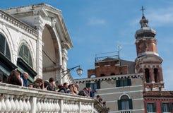 I turisti parlano l'un l'altro sul ponte di Rialto, Grand Canal Fotografie Stock