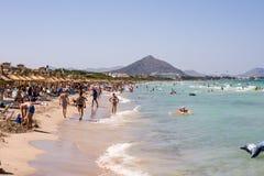 I turisti a Playa de Muro tirano nell'alta stagione vicino alle località di soggiorno di Albufera, Maiorca dell'estate Fotografie Stock Libere da Diritti