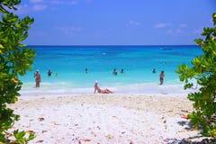 I turisti prendono il sole sulla spiaggia all'isola di Tachai di del sud Fotografia Stock