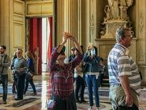 I turisti prendono le foto dei soffitti elaborati di Versailles Fotografia Stock