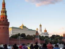 I turisti prendono le immagini del Cremlino di Mosca dalla barca immagine stock