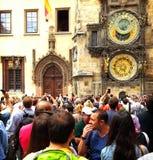 I turisti prendono le immagini dell'orologio antico della torre di Praga Immagine Stock Libera da Diritti