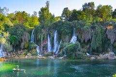 I turisti riposano sulla cascata Kravica in Bosnia-Erzegovina fotografia stock