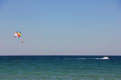 I turisti rotolati motoscafo su un paracadute Fotografie Stock Libere da Diritti