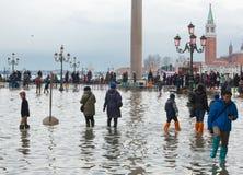 I turisti in San Marco quadrano con alta marea, Venezia, Italia Immagine Stock