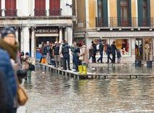 I turisti in San Marco quadrano con alta marea, Venezia, Italia Fotografie Stock Libere da Diritti