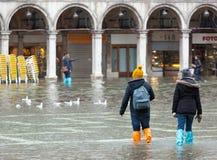 I turisti in San Marco quadrano con alta marea, Venezia, Italia Fotografia Stock