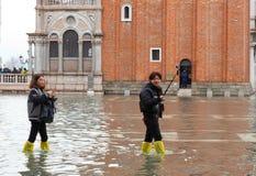I turisti in San Marco quadrano con alta marea, Venezia, Italia Fotografie Stock