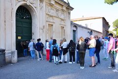 I turisti sbircia nel buco della serratura dei Di Malta di Cavalieri di dei di Magistrale della villa Fotografie Stock