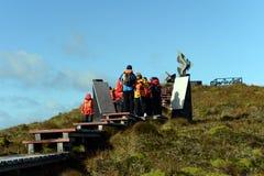 I turisti scalano al monumento dell'albatro sul capo, eretto in onore dei marinai che sono morto mentre provavano ad arrotondare  Fotografia Stock