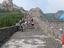 I turisti scalano la grande muraglia della Cina Immagini Stock