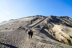 I turisti scalano le scale al cratere del vulcano di Bromo, Bromo Fotografia Stock Libera da Diritti