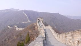 I turisti scalano sul posto di guardia sulla grande muraglia della Cina archivi video