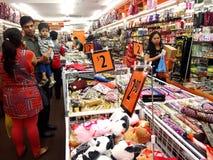 I turisti scelgono da vari prodotti del ricordo ad un deposito o ad un negozio in Chinatown, Singapore Fotografie Stock Libere da Diritti