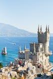 I turisti si avvicinano al castello del nido del sorso in Crimea Fotografia Stock Libera da Diritti