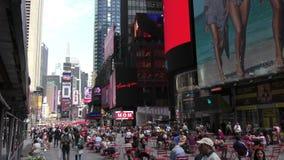 I turisti si avvicinano al Times Square New York video d archivio