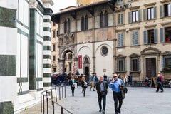 I turisti si avvicinano a Loggia del Bigallo a Firenze Fotografie Stock
