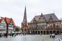 I turisti si avvicinano a municipio sul quadrato del mercato di Brema fotografie stock libere da diritti