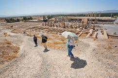 I turisti si nasconde dal sole sul pendio di collina della città rovinata Immagini Stock Libere da Diritti