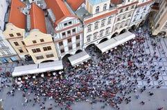 I turisti si raccolgono sotto l'orologio astronomico di Praga Fotografia Stock Libera da Diritti