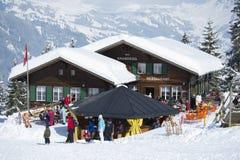 I turisti si rilassano alla stazione dello sci di Brandegg in Grindelwald, Svizzera Immagine Stock