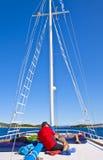 I turisti si rilassano sulla piattaforma superiore di una nave da crociera Fotografia Stock