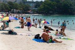 I turisti si rilassano sulla spiaggia di Kata Immagini Stock Libere da Diritti