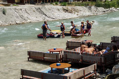 I turisti si rilassano vicino al fiume Fotografia Stock Libera da Diritti