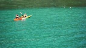 I turisti sono kayak in mare tropicale Movimento lento 1920x1080 archivi video