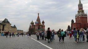 I turisti stanno camminando lungo il quadrato rosso, Mosca, Russia archivi video