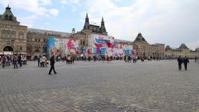 I turisti stanno camminando lungo il quadrato rosso, Mosca, Russia video d archivio