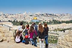 I turisti stanno esaminando la bella vista di Gerusalemme Fotografia Stock