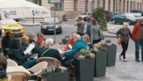 I turisti stanno sedendo alle Tabelle in caffè della via sul quadrato in Città Vecchia, Praga, repubblica Ceca di Mesto di sguard stock footage