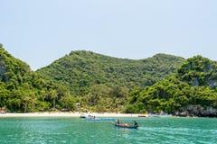 I turisti stanno viaggiando a Ko Wua Talap Immagini Stock