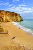 I turisti su Benagil tirano sulla costa di Algarve Fotografia Stock