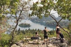 I turisti su una montagna Osojnica, lago hanno sanguinato, la Slovenia Immagine Stock Libera da Diritti