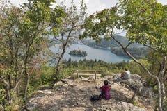 I turisti su una montagna Osojnica, lago hanno sanguinato, la Slovenia Fotografia Stock