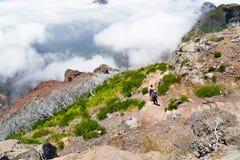 I turisti sul Madera vanno su una pista pietrosa altamente in montagne, sopra Immagini Stock Libere da Diritti