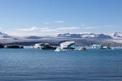 I turisti sulla barca facente un giro turistico scattano in Islanda immagine stock libera da diritti