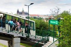 I turisti sulla stazione ferroviaria di funicolare Nebozizek che si dirige all'allerta di Petrin si elevano con la st Vitus Cathe Immagine Stock Libera da Diritti