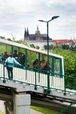 I turisti sulla stazione ferroviaria di funicolare Nebozizek che si dirige all'allerta di Petrin si elevano con la st Vitus Cathe Immagine Stock
