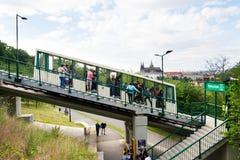 I turisti sulla stazione ferroviaria di funicolare Nebozizek che si dirige all'allerta di Petrin si elevano con la st Vitus Cathe Fotografie Stock